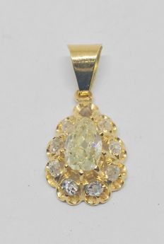 18 kt – Yellow gold pendant with pear cut diamond, champagne colour, total of 0.90 ct