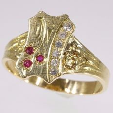 Victorian yellow gold ring with diamonds and rubies in crest-shaped top - 1900 - reduced price