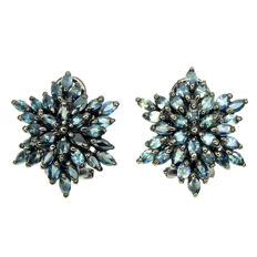Star-shaped earrings with natural Blue Sapphires