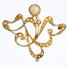 Art Nouveau yellow gold openwork brooch with pearls, ca. 1900