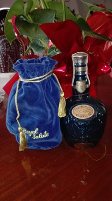 Chivas Royal Salute 21 years - blue bottle sealed and with original stamp, blue velvet original purse
