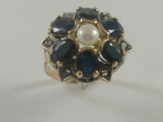 Patterned ring with blue sapphires, diamonds, and pearl – From the early 1900s