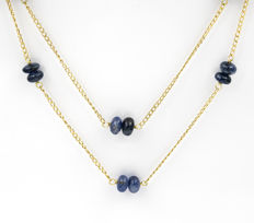 18 kt yellow gold – Double-chained choker – Cabochon cut sapphires totalling 18 ct – Length: 48 cm.