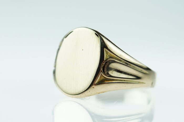 14 kt gold vintage signet ring with space for an engraving, polished like new! Ring size 19.
