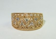 Beautiful gold band ring with filigree hearts and diamonds of 0.27 ct