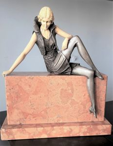 Original female figure in 1920s style, reclining on double marble base - material: resin, polyester - Italy - 1980s