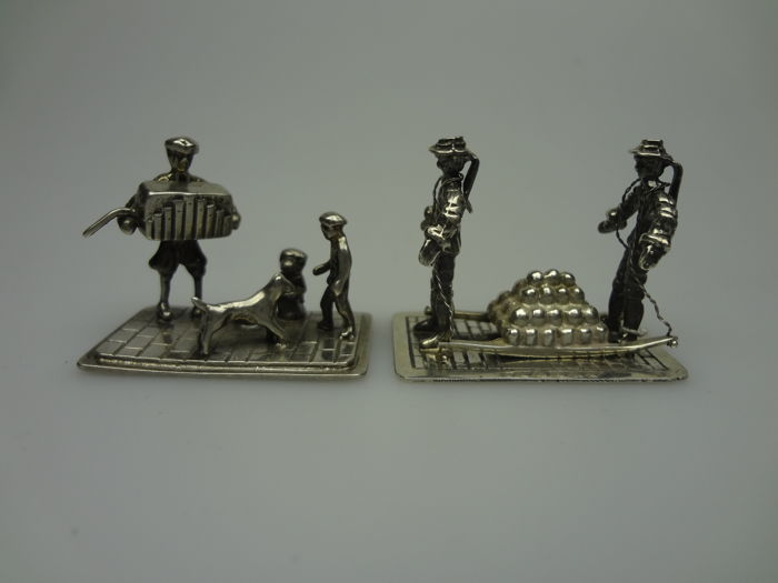 Silver miniatures, 2 pieces; carriers on the cheese market / street musician ==> Aubert.