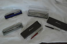 5 ballpoint pens in box with Parker parker flag