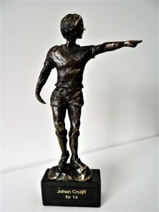 Johan Cruiff No. 14 - 'In brons is goud waard' - burnished sculpture - Corry Ammerlaan  - (Limited Edition)