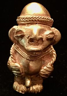 Tumbaga Gold , Colombian Tairona Culture  - 45 x 26  mm , 27,50  grs,  Indian native farmer, with hat ,  carrying a basket
