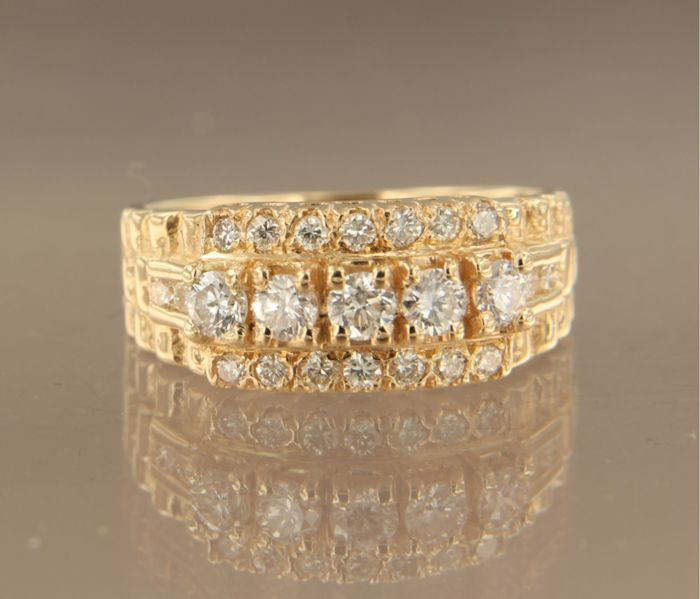 Yellow gold ring of 18 kt set with 24 brilliant cut diamonds of approx. 0.83 ct in total, ring size 16.5 (52)