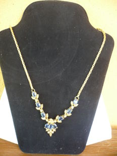 Yellow gold necklace (18 kt / 750) with sapphires and spotlight diamonds (0.25 ct) – length 46 cm