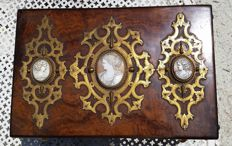Jewellery box in amboyna wood, ornaments in brass and three cams