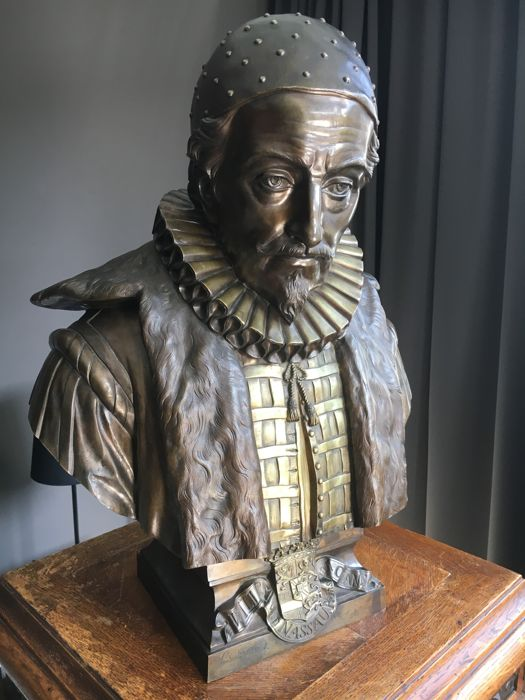 Louis Dupuis (1842-1921) - large bronze bust of William of Nassau, Prince of Orange - approx. 1875 - on rich ornamented wooden cabinet and pedestal.