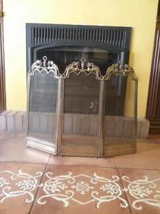 Very nice and ornamented three-sheets fireplace screen in bronze