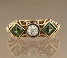 14k yellow gold ring set with square cut peridot and in the centre a Bolshevik cut diamond, ring size 18 (57)