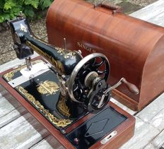 Very decorative Singer 127K hand sewing machine with a neat wooden cover, 1924