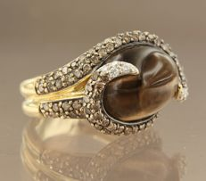 18 kt gold ring with 14.00 ct cabochon cut smoky topaz and 106 brilliant cut diamonds, 1.92 ct, ring size 17 (53)