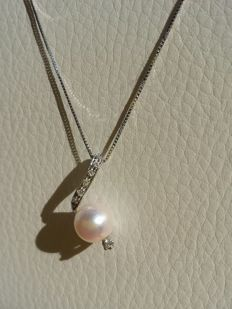 Necklace in 18 kt white gold with a glossy cultured salt water pearl measuring 8 mm and 0.16  ct in diamonds, G/H colour