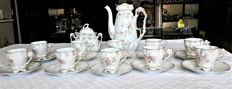 Prestigious antique coffee set for 9 in fine porcelain, hand-painted and crafted with great attention to detail - includes coffee pot, sugar bowl with lid and 9 cups with saucers - 1800s.