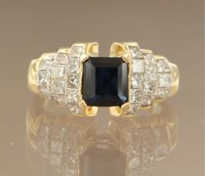 18 kt yellow gold ring set with a carré cut sapphire and 24 princess cut diamonds, approximately 2.00 ct in total, ring size 16.5 (52)