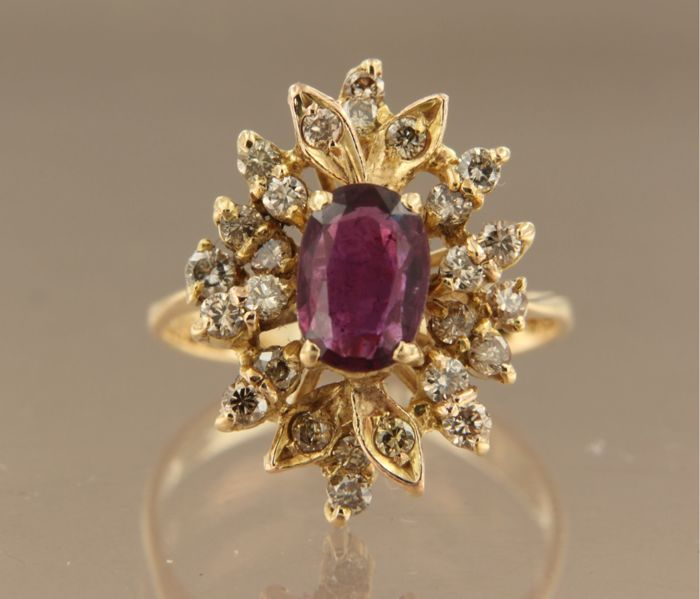 18 kt yellow gold enoutrage ring with a central 1.40 ct oval facet cut ruby and an entourage of 26 brilliant cut diamonds of 0.75 ct, ring size 16.5 (52)