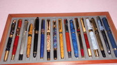 A lot of 17 fountain pens