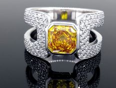 18 kt white gold ring with intense deep yellow orange diamond of 1.20 ct and brilliant cut diamonds of 1.00 ct – size 54