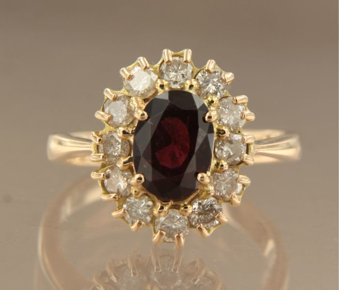 Rose gold rozet ring of 18 kt, set with a 2.00 ct oval facet cut garnet in the centre and 12 brilliant cut diamonds, ring size: 19 (60)