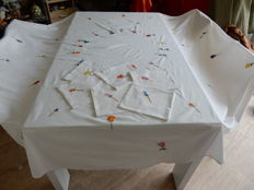 Very large round tablecloth in 100% pure cotton - entirely embroidered with flowers - Diameter 2,50 m - France