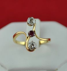 "Antique ""Toi & Moi"" old cut Diamonds (tot. 0.75ct) & Ruby (3mm x 3mm) set on 18k Yellow Gold Ring - E.U Size 55/56 (resizable)"