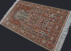 Collectable and prestigious Hereke (herike) from Turkey, pure silk on silk, up to 1,400,000 knots/m², 195 x 94 cm, in excellent condition, private collection...