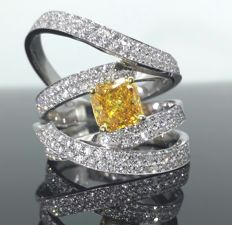 18 kt White gold ring – intense deep yellow orange diamond, 1.00 ct – white diamonds 1.00 ct – size 53