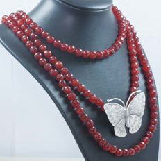 925/1000 silver – Necklace made of 3 turns of faceted rubies with butterfly, totalling 517.90 ct – No reserve.