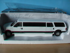 Sun Star - SChaal 1/18 - Ford Excursion Limousine 2004 - Wit