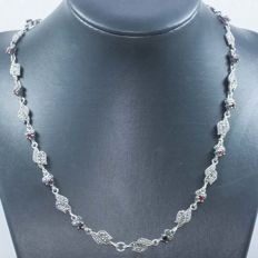 925/1000 silver Balinese design necklace with garnet and marcasite – Length 42cm – No reserve price.