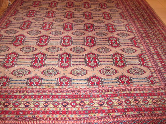 Magnificent, hand-knotted Bukhara carpet, 400 x 280 cm.