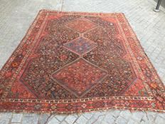 Large, handmade ancient Persian Ghashghai carpet measuring 240 x 315 cm.