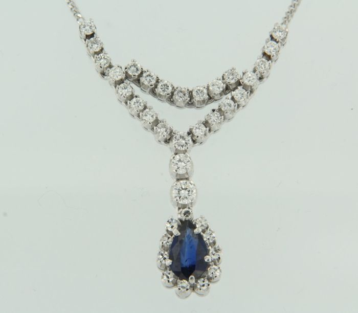 14 kt white gold necklace set with a 1.00 ct pear cut sapphire and brilliant cut diamonds, length 44 cm