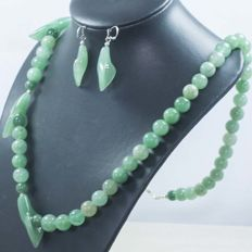 925/1000 silver set of necklace and earrings in jade. Length 70cm and 45mm - No reserve.