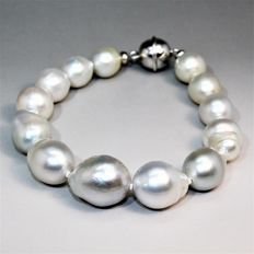 Bracelet composed of South Sea baroque pearls, with 925 silver magnetic clasp.