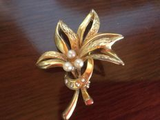 Ladies' gold brooch.