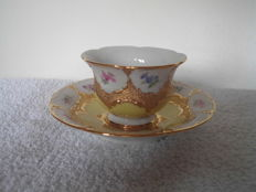 "Meissen porcelain, ceremonial Cup with ""Streublumen"""