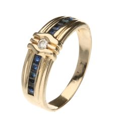 14 kt Yellow gold ring, set with 10 baguette cut sapphires and 1 brilliant cut diamond of approx.  0.06 ct. Ring size 18.50 mm