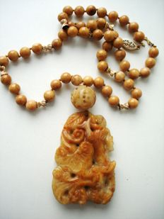 Antique Chinese Burma high quality yellow brown russet Jade beaded necklace with carved pendant,  95 gr.