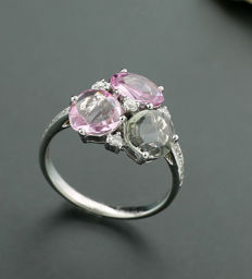 Coloured fine sapphire ring with brilliants 2.95 in total, 750 white gold --no reserve price--