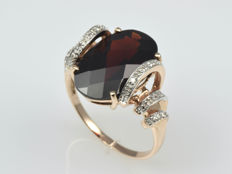 14 kt gold ring with garnet and diamonds