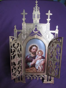 Bedside oratory, painted porcelain, Saint Joseph and child Jesus. 19th century gilded brass frame