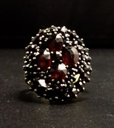 14 kt gold entourage ring with garnets - Ring size 19.5