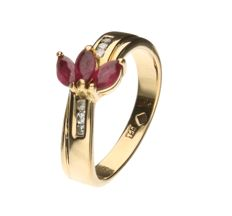 18 kt yellow gold ring set with ruby and 6 brilliant cut diamonds of approx. 6 brilliant cut diamonds of approx. 0.06 ct in total, inner size 16.25 mm